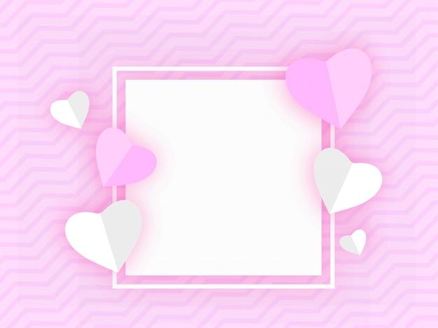 Forma di cuori di carta decorata su sfondo a righe ondulato viola con spazio per il tuo messaggio.