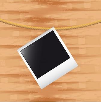 Foto in bianco con la corda sopra fondo di legno