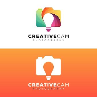 Fotografia creativa della macchina fotografica con il modello di progettazione di logo della lampadina