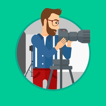Fotografo che lavora con la macchina fotografica sul treppiede.