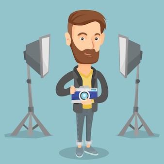 Fotografo con la macchina fotografica nello studio fotografico.