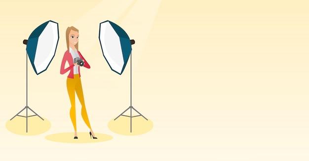 Fotografo con una macchina fotografica in uno studio fotografico.