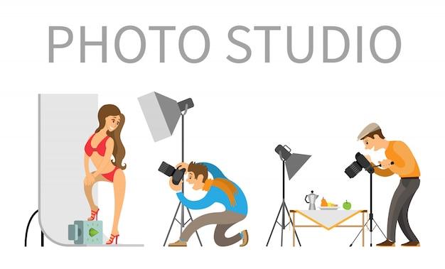 Fotografo e modella in costume da bagno in photo studio