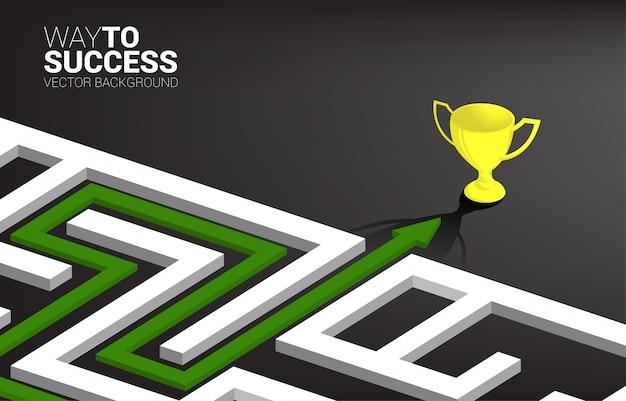 Freccia con percorso per uscire dal labirinto verso il trofeo d'oro. risoluzione dei problemi aziendali e strategia di soluzione