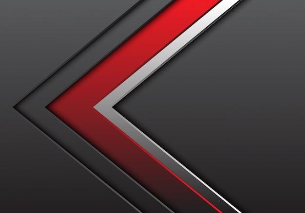 Freccia grigia d'argento rossa con fondo di direzione dello spazio in bianco.