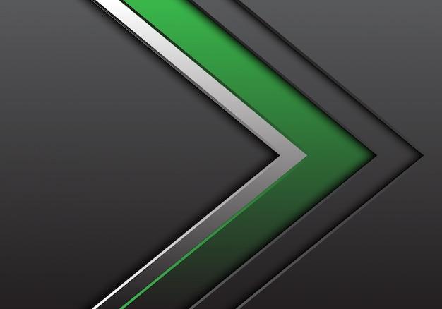 Freccia grigia d'argento verde con fondo di direzione dello spazio in bianco.