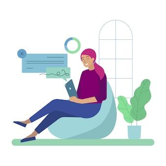 Freelancer sorridente della donna di affari lavora sul ridurre in pani