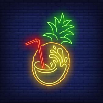 Frutta ananas con spruzzata di succo e insegna al neon di paglia