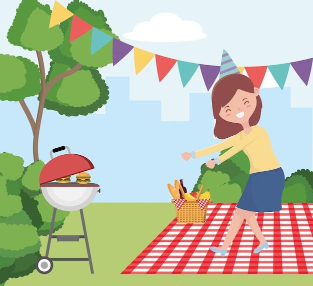 Fumetto della donna che ha progettazione di picnic, pranzo sano e pasto della molla di svago all'aperto di estate dell'alimento del partito