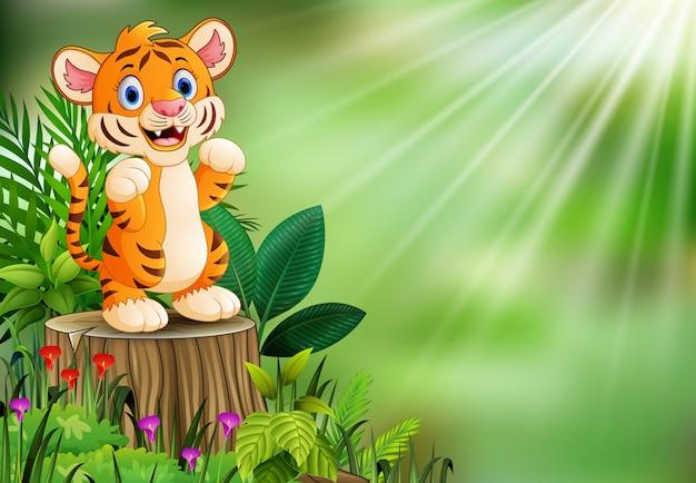 Fumetto della tigre che sta sul ceppo di albero con le foglie verdi e la pianta di fioritura