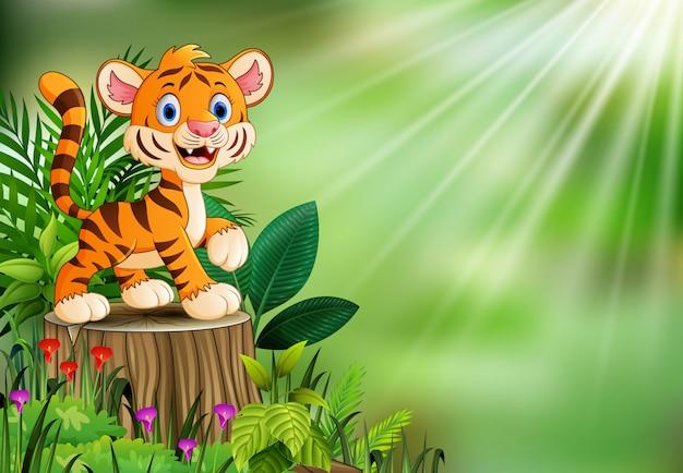Fumetto della tigre sul ceppo di albero con le foglie verdi e la pianta di fioritura
