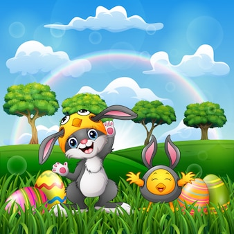Fumetto felice del coniglio e del pollo in costume con l'uovo di pasqua