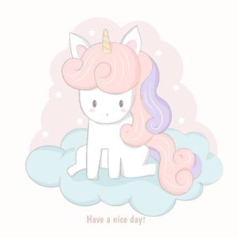 Fumetto sveglio dell'unicorno che si siede sulla nuvola.