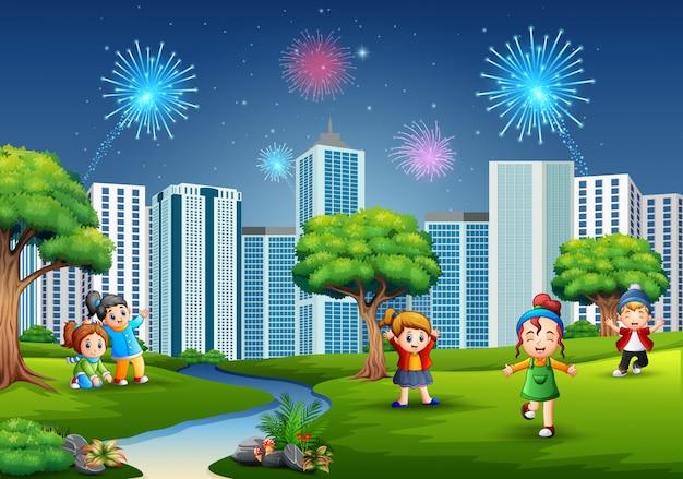 Funny cartoon ragazzi e ragazze stanno giocando nel parco