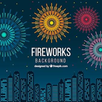 Fuochi d'artificio sullo sfondo skyline della città