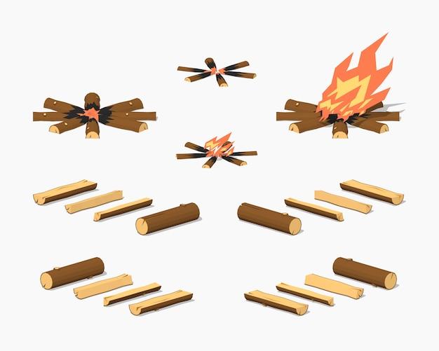 Fuoco di accampamento basso poli e legna da ardere