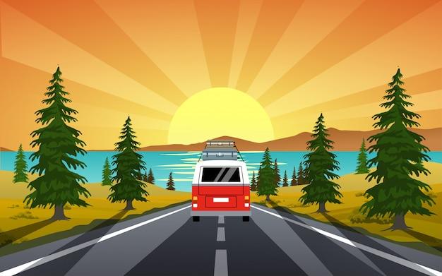 Furgone di campeggiatore che viaggia sulla strada con sfondo tramonto