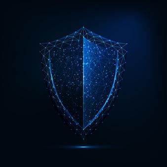 Futuristico incandescente basso simbolo di guardia poligonale scudo isolato su sfondo blu scuro.