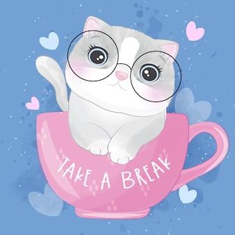 Gattino sveglio della lettiera dentro l'illustrazione della tazza