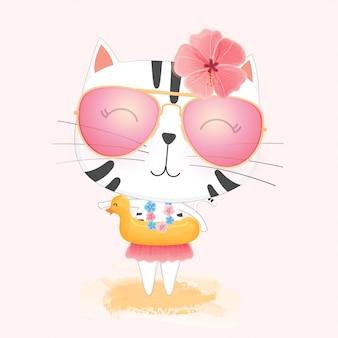 Gatto sveglio del fumetto nel cerchio di nuoto dell'anatra di gomma gialla e occhiali da sole che godono dell'estate sulla spiaggia.