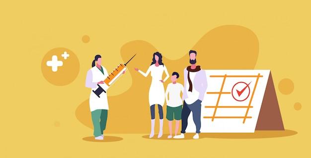 Genitori con bambino visita medico pediatra dando iniezione di vaccino sparato tempo di consultazione medica assistenza sanitaria per vaccinare schizzo concetto integrale