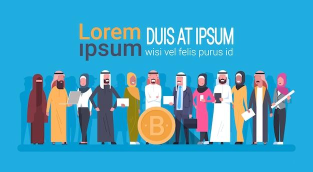 Gente araba che tiene l'insegna del modello di estrazione mineraria di criptovaluta di digital di concetto della moneta di bitcoin della moneta criptata di valuta con copyspace