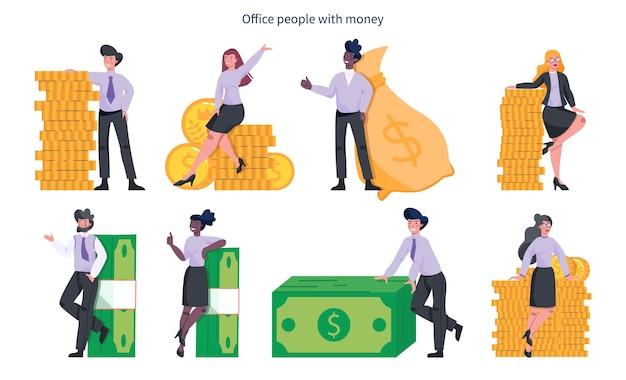 Gente d'affari con soldi. felice personaggio di successo con un mucchio di monete, in piedi accanto alle banconote e una grande borsa piena di contanti. benessere finanziario.