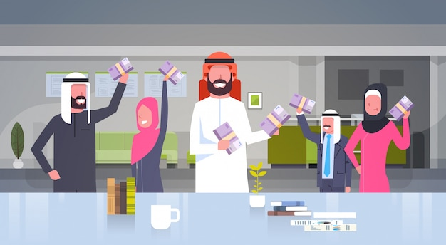 Gente di affari araba del gruppo che tiene le pile di soldi euro persone di affari musulmana team of winner finance success concept