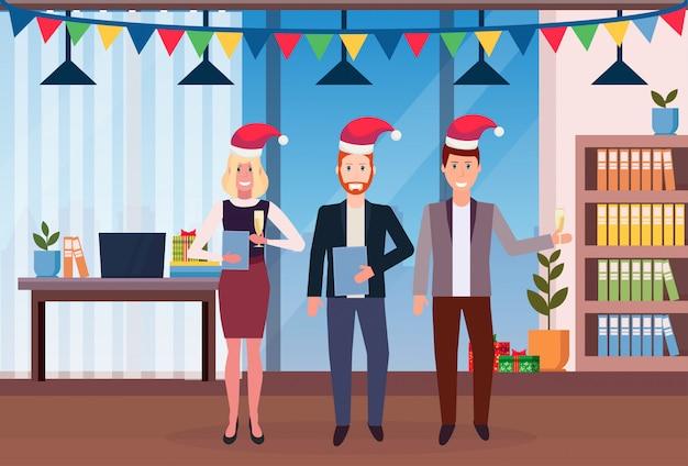 Gente di affari che celebra il natale in ufficio