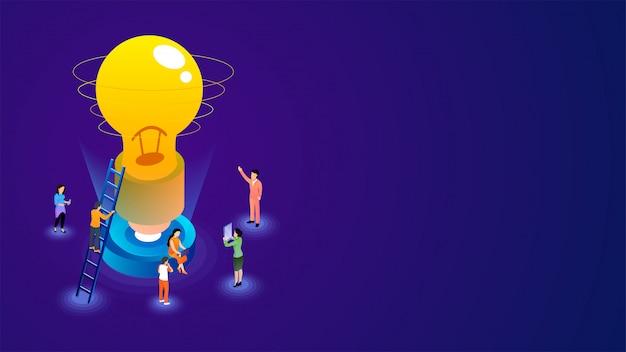 Gente di affari che lavora per lanciare una lampadina su fondo porpora.