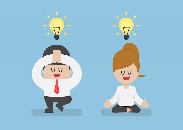 Gente di affari che medita nella posa di yoga
