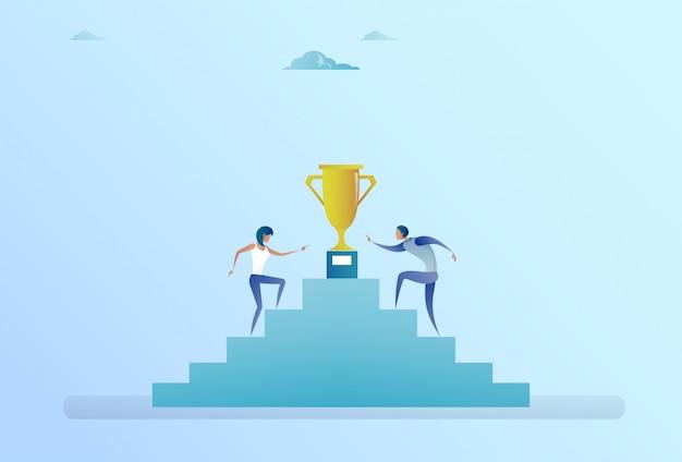 Gente di affari che sale le scale fino al concetto dorato della concorrenza di successo del vincitore della tazza