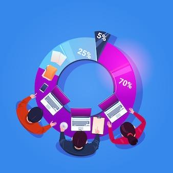 Gente di affari della squadra che lavora insieme sul rapporto finanziario sit at diagram vista dall'alto