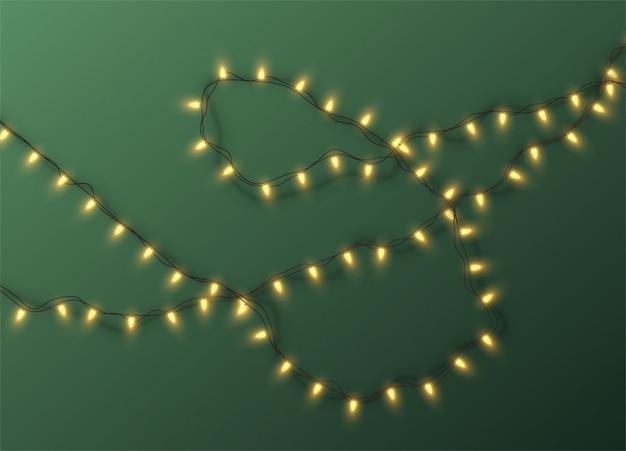 Ghirlanda elettrica di natale di lampadine su uno sfondo verde. illustrazione