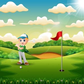 Gioioso un ragazzo che gioca a golf in campo