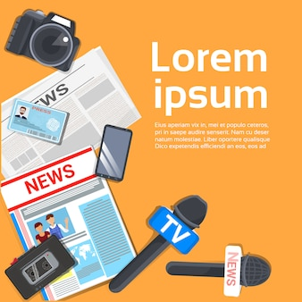 Giornalista workplace concept vista dall'alto di un giornale, microfono, registratore