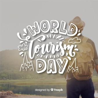Giornata mondiale del turismo con viaggiatore sullo sfondo