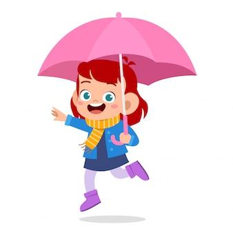 Giorno sveglio della pioggia dell'ombrello di uso del bambino sveglio felice