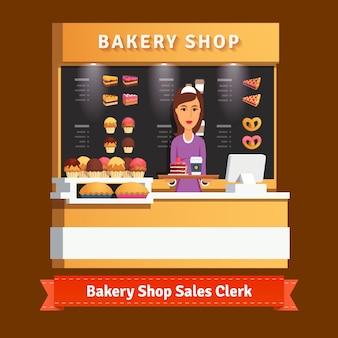 Giovane assistente donna del negozio al banco cassa