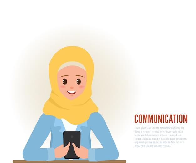 Giovane comunicazione della donna araba con il carattere dello smartphone.