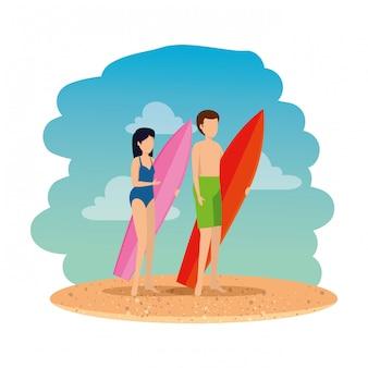 Giovane coppia con costume da bagno e tavola da surf sulla spiaggia