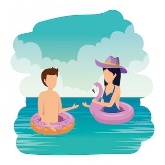 Giovane coppia con costume da bagno sui personaggi del mare