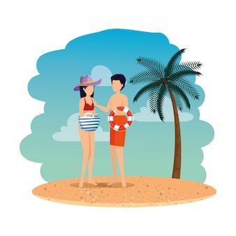 Giovane coppia con galleggiante e borsetta sulla spiaggia