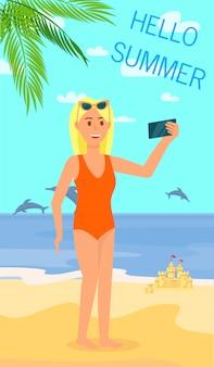 Giovane donna bionda che fa selfie su sandy beach.