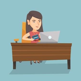Giovane donna caucasica che paga online con carta di credito