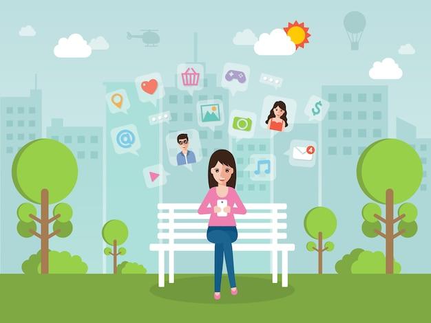 Giovane donna che chiacchiera online sul social network con lo smartphone.