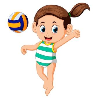 Giovane donna che gioca a pallavolo sulla spiaggia