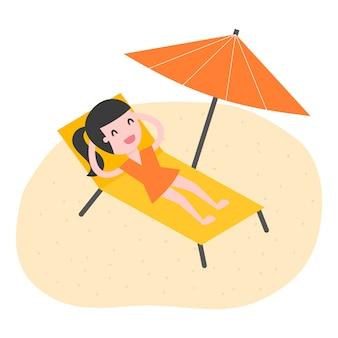 Giovane donna che si distende sulla spiaggia.