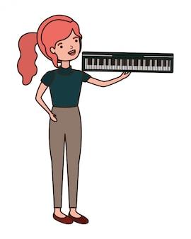 Giovane donna con carattere di tastiera di pianoforte