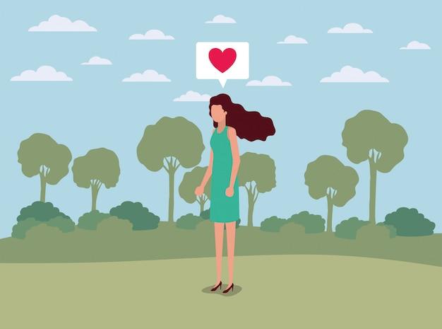 Giovane donna con il cuore nella nuvoletta sul campo
